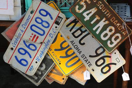BROOKLYN, NEW YORK - AUGUSTUS 13, 2017: Oude autolatingplaten bij de grootste vlooienmarkt van Brooklyn in DUMBO. In de VS, waar elke staat platen uitgeeft, heeft New York State sinds 1901 platen nodig Stockfoto - 83842172
