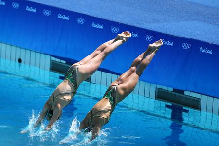 natación sincronizada: RÍO DE JANEIRO, BRASIL - 14 DE AGOSTO DE 2016: Katie Clark y Olivia Federici de Gran Bretaña compiten durante la ronda preliminar de rutina libre sincronizada en los Juegos Olímpicos de Verano 2016