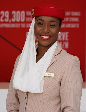 NEW YORK - SEPTEMBER 10, 2017: Emirates Airlines stewards bij de Emirates Airlines-stand op het Billie Jean King National Tenniscentrum tijdens US Open 2017 in New York