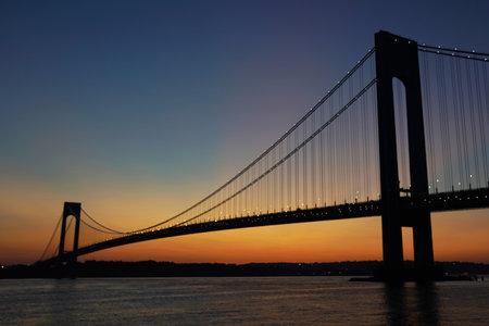 ニューヨーク - 2017 年 9 月 24 日: 新しい York.The Verrazano 橋の夕暮れヴェラザノ ・ ブリッジはスタテン島とブルックリンの自治区を接続する、ダブル