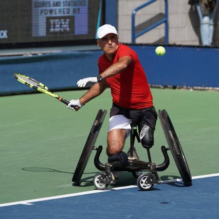 미국 -2011 년 9 월 9 일 : 휠체어 남자 단식 중 행동에 프랑스의 2017 휠체어 남자 단식 챔피언 스테판 Houdet 준결승에서 빌리 진 킹 국립 테니스 센터