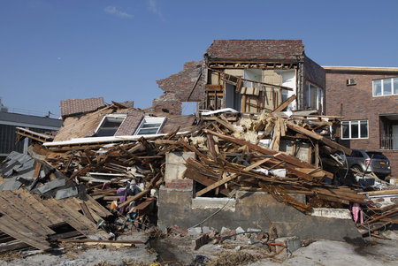멀리 Rockaway, 뉴욕 -11 월 11, 2012 : 먼 Rockaway, 뉴욕 허리케인 샌 디의 여파로 비치 하우스를 파괴. Superstorm Sandy가 뉴욕을 강타한지 12 일 후 촬영 한 이미지 에디토리얼