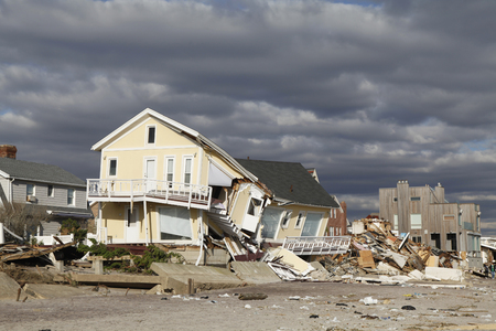 FAR ROCKAWAY, NEW YORK - NOVEMBER 4, 2012: Vernietigd strandhuis in de nasleep van de orkaan Sandy in Far Rockaway, New York. Foto genomen 5 dagen nadat Superstorm Sandy New York heeft geraakt Redactioneel