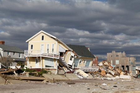 WEIT ROCKAWAY, NEW YORK - 4. NOVEMBER 2012: Zerstörtes Strandhaus in Folge des Hurrikans Sandy in weitem Rockaway, New York. Das Bild wurde 5 Tage nach dem Supersturm Sandy in New York aufgenommen