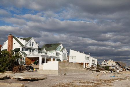 멀리 로커 웨이, 뉴욕 -11 월 4, 2012 : 멀리 Rockaway, 뉴욕 허리케인 샌 디의 여파로 비치 하우스를 파괴. Superstorm Sandy가 뉴욕을 강타 한 지 5 일 후에 찍은  에디토리얼