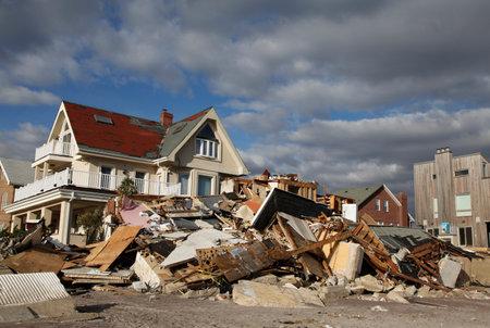 FAR ROCKAWAY, NUEVA YORK - 4 DE NOVIEMBRE DE 2012: Casa de playa destruida después del huracán Sandy en Far Rockaway, Nueva York. Imagen tomada 5 días después de que la súper tormenta Sandy azotara Nueva York Editorial