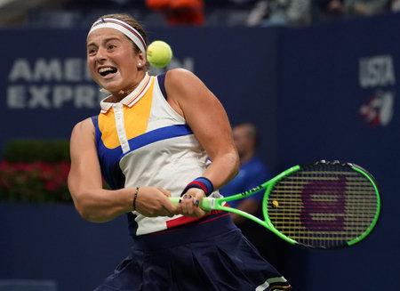 NUEVA YORK - 29 de agosto, 2017: campeón de Grand Slam Jelena Ostapenko de Letonia en acción durante su primer partido de US Open 2017 en el Centro Nacional de Tenis Billie Jean King Foto de archivo - 88010233