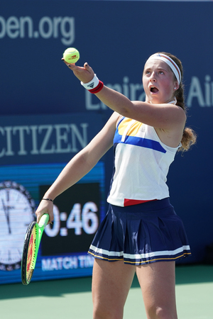 NOVA YORK - 31 DE AGOSTO DE 2017: a campeã do Grand Slam, Jelena Ostapenko, da Letónia, em ação, durante a partida da segunda rodada do US Open de 2017 no Billie Jean King National Tennis Center Foto de archivo - 89655619
