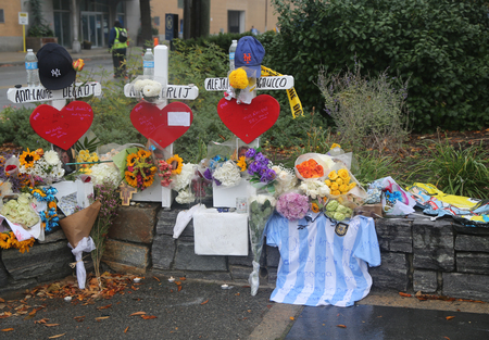 tributos: NEW YORK - NOVEMBER 5, 2017: Wooden cross tributes were placed along the bike path for each of the eight victims killed in the terror attack at makeshift memorial at site of lower Manhattan Editorial