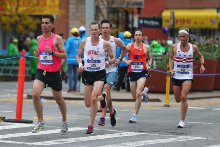 NEW YORK - NOVEMBER 5, 2017: New York City Marathon-agenten steken 26,2 mijl door alle vijf stadsdelen van NYC naar de afwerkingslijn in Central Park, Manhattan