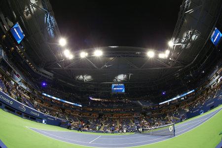 NEW YORK - SEPTEMBER 4, 2017: Arthur Ashe Stadium during night session at the Billie Jean King National Tennis Center during  2017 US Open tournament in Flushing, NY 新聞圖片