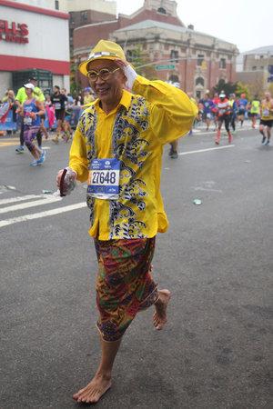 ニューヨーク - 2017 年 11 月 5 日: 裸足のニューヨークシティ マラソン ランナー トラバース 26.2 マイルすべてブルックリン, ニューヨーク、マンハッ 報道画像