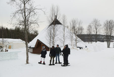 フィンランドのラップランドのアークティック スノー ホテルでスノー シューズでロヴァニエミ, フィンランド - 2017 年 2 月 16 日: 訪問者。北極 SnowHotel は、フィンランドのラップランド、北極圏にあります。