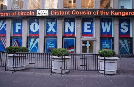 ニューヨーク - 2017年12月19日:ニューヨーク市のニュースコーポレーション本社ビルでフォックスニュースチャンネル。ニュースコーポレーションは 報道画像