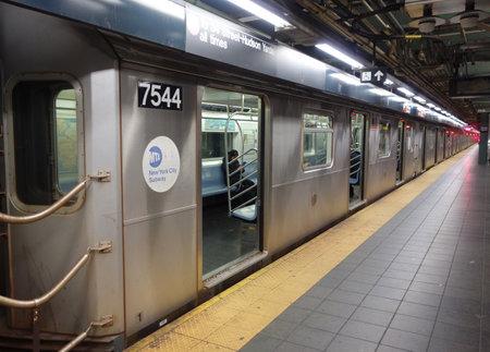 NEW YORK - 28. NOVEMBER 2017: Zug NYC-U-Bahn 7 an 34 Straße - Hudson Yards Station in Manhattan. Das U-Bahn-System, das der NYC Transit Authority gehört, hat 469 Stationen in Betrieb