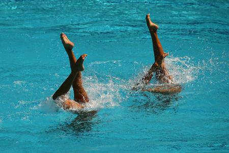 Synchroonzwemduet tijdens competitie Stockfoto - 92593666