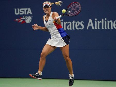 NEW YORK - 29 AOÛT 2017: La championne du Grand Chelem Angelique Kerber, d'Allemagne, en action lors de son match de première ronde à l'US Open 2017 au Centre de tennis national Billie Jean King à New York