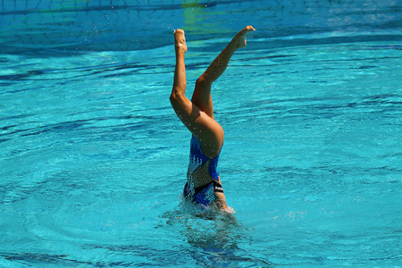 Synchronized swimming duet during competition Stockfoto