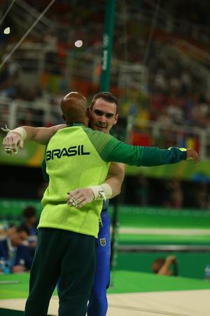 RIO DE JANEIRO, BRAZILIË - AUGUSTUS 15, 2016: Zilveren medaillewinnaar Arthur Zanetti van Brazilië concurreert bij de finale van de herenringen op artistieke gymnastiekcompetitie op Olympische spelen Rio 2016