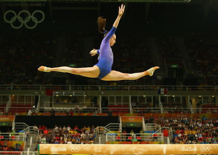 RIO DE JANEIRO, BRAZIL AUGUST 15, 2016: Artistic gymnast Isabela Onyshko of Canada competes at the final on the balance beam womens artistic gymnastics at Rio 2016 Olympic Games 新聞圖片