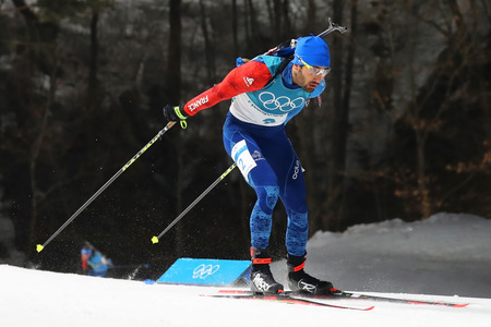 PYEONGCHANG, SOUTH KOREA  - FEBRUARY 18, 2018: Olympic champion Martin Fourcade of France competes in biathlon mens 15km mass start at the 2018 Winter Olympics in Alpensia Biathlon Centre 新聞圖片