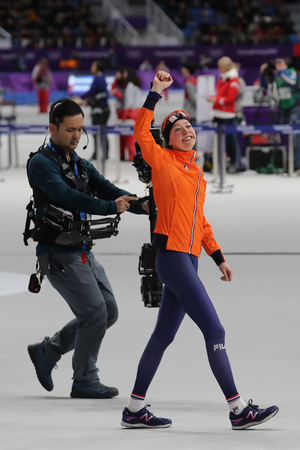 GANGNEUNG, SOUTH KOREA - FEBRUARY 16, 2018: Olympic champion Esmee Visser of Netherlands celebrates victory after the Ladies' 5,000m Speed Skating at the 2018 Winter Olympic Games at Gangneung Oval Stockfoto - 98651146