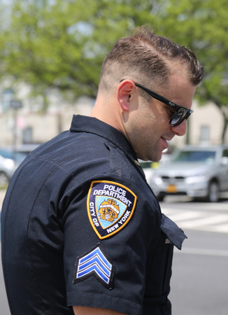 BROOKLYN, NEW YORK - MAY 20, 2018: NYPD police officer provides security during Bay Fest street festival on Sheepshead Bay in Brooklyn Redactioneel
