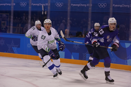 KWANDONG, SOUTH KOREA - FEBRUARY 14, 2018: Team United States (Blue) in action against Team Slovenia during men's ice hockey preliminary round game at 2018 Winter Olympic Games Stockfoto - 101947474