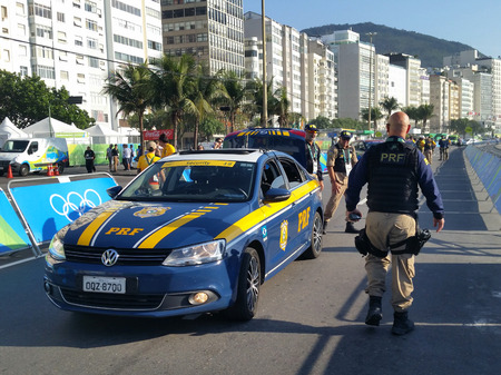 RIO DE JANEIRO, BRAZIL - AUGUST 6, 2016: The Brazilian Federal Highway Police provides security for Rio 2016 Olympic Cycling Men Road Race of the Rio 2016 Olympic Games in Rio de Janeiro Imagens - 101947490