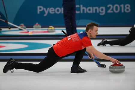 GANGNEUNG, SOUTH KOREA - FEBRUARY 10, 2018: Magnus Nedregotten of Norway competes in the Mixed Doubles Round Robin curling match at the 2018 Winter Olympics 新聞圖片