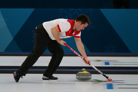 GANGNEUNG, SOUTH KOREA - FEBRUARY 10, 2018: Silver Medalist Martin Rios of Switzerland competes in the Mixed Doubles Round Robin curling match at the 2018 Winter Olympics 新聞圖片