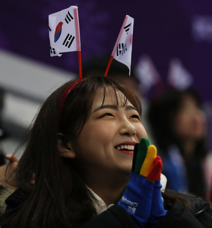 GANGNEUNG, SOUTH KOREA - FEBRUARY 9, 2018: South Korean figure skating fans in Gangneung Ice Arena during the Team Event figure scating program at the 2018 Winter Olympic Games Standard-Bild - 102603535