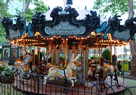 NEW YORK - JUNE 5, 2018: Horse at Le Carousel in Bryant Park, Midtown Manhattan. Le Carrousel in Bryant Park, specially created to complement the parks French classical style 新聞圖片
