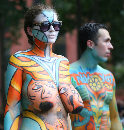 NEW YORK - JULY 14, 2018: Artists paint  fully nude models of all shapes and sizes during 5th NYC Body Painting Day featuring artist Andy Golub on Washington Square in New York Foto de archivo - 105642333