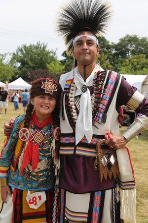 New York - 29 luglio 2018: Famiglia di nativi americani non identificati durante il 40 ° Thunderbird annuale American Indian Powwow. Un pow-wow è un raduno e una celebrazione del patrimonio dei nativi del Nord America Editoriali