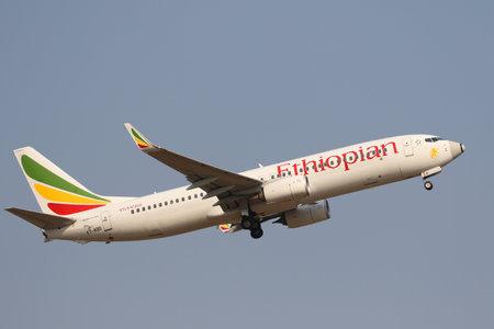 JOHANNESBURGO, SUDÁFRICA - 27 DE SEPTIEMBRE DE 2018: Ethiopian Airlines Boeing 737 despega desde el Aeropuerto Internacional OR Tambo en Johannesburgo, Sudáfrica Editorial