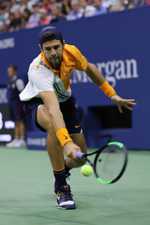 NEW YORK - AUGUST 31, 2018: Professional tennis player Karen Khachanov of Russia in action during round of 32 match at the 2018 US Open at Billie Jean King National Tennis Center 新聞圖片