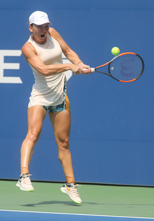 NEW YORK - AUGUST 27, 2018: Grand Slam Champion  Simona Halep of Romania in action during her 2018 US Open first round match at Billie Jean King National Tennis Center in New York 新聞圖片
