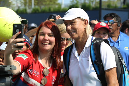 NEW YORK - AUGUST 26, 2018: Grand Slam champion Martina Navratilova takes selfie with tennis fan after Women's Champions Doubles match at  2018 US Open at National Tennis Center in New York 新聞圖片