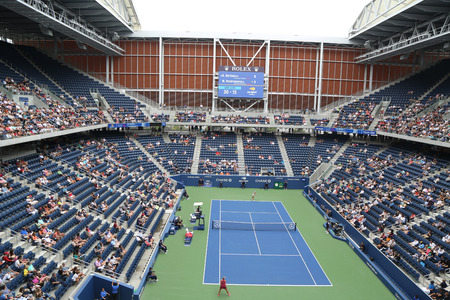 NEW YORK - SEPTEMBER 1, 2018: The new, roofed Louis Armstrong stadium during 2018 U.S. Open match at the Billie Jean King National Tennis Center in Flushing, New York 版權商用圖片 - 112500589