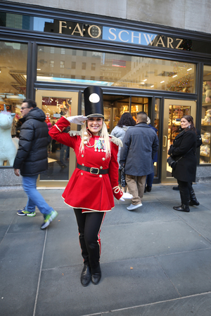 NEW YORK - NOVEMBER 29, 2018: A doorman dressed as a toy soldier stands outside newly reopened the FAO Schwarz flagship store at Rockefeller Plaza in Midtown Manhattan 写真素材 - 116038322