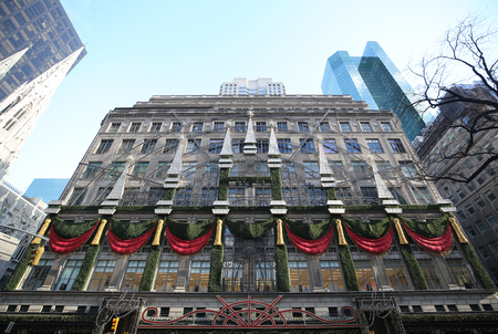 NEW YORK - NOVEMBER 29, 2018: Famous Saks Fifth Avenue flagship store with holiday window display in Manhattan Éditoriale