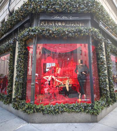 Nueva York - 29 de noviembre de 2018: escaparate de vacaciones del famoso Saks Fifth Avenue en Manhattan