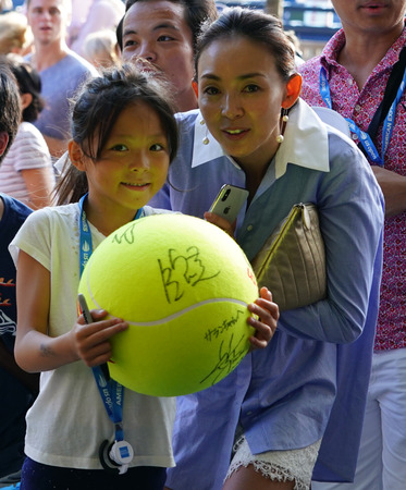 NEW YORK - SEPTEMBER 3, 2018: Young Japanese tennis fan waiting for autographs at Billie Jean King National Tennis Center in New York during 2018 US Open. Stok Fotoğraf - 114102475