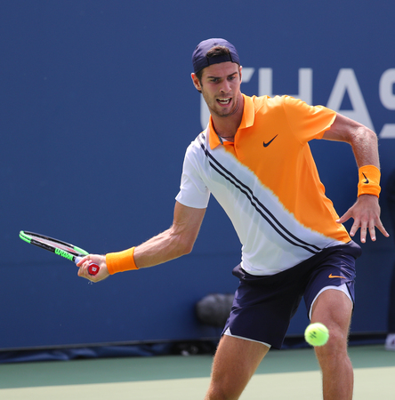 NEW YORK - AUGUST 27, 2018: Professional tennis player Karen Khachanov of Russia in action during first round match at the 2018 US Open at Billie Jean King National Tennis Center 新聞圖片