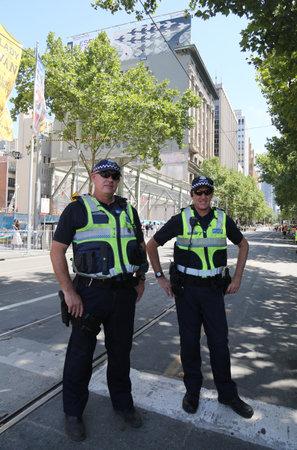 MELBOURNE, AUSTRALIEN - 26. JANUAR 2019: Victoria Police Constable bietet Sicherheit während der Australia Day Parade 2019 in Melbourne Editorial