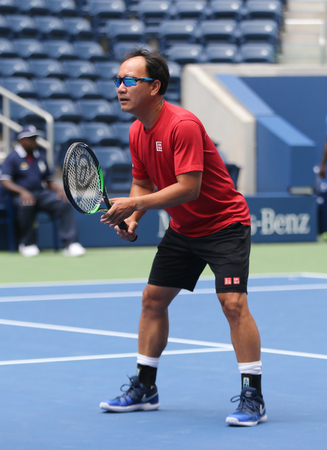 NEW YORK - AUGUST 22, 2018: Grand Slam Champion Michael Chang in action during 2018 US Open exhibition match at newly open Louis Armstrong Stadium at Billie Jean King National Tennis Center Redactioneel
