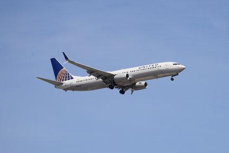 NEWARK, NUEVA JERSEY - 26 de mayo de 2019: United Airlines Boeing 737 descendiendo para aterrizar en el Aeropuerto Internacional Newark Liberty en Nueva Jersey Editorial
