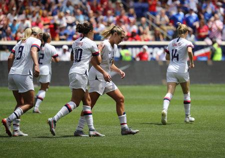 Harrison, NJ - 26 maja 2019: Reprezentacja kobiet w piłce nożnej USA świętuje strzelenie gola podczas meczu towarzyskiego z Meksykiem jako przygotowanie do Mistrzostw Świata Kobiet 2019 w Harrison, NJ. USA wygrały 3 -
