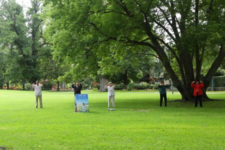 MELBOURNE, AUSTRALIA - JANUARY 27, 2019: Falun Dafa adherents practice in Fitzroy Gardens, Melbourne Éditoriale